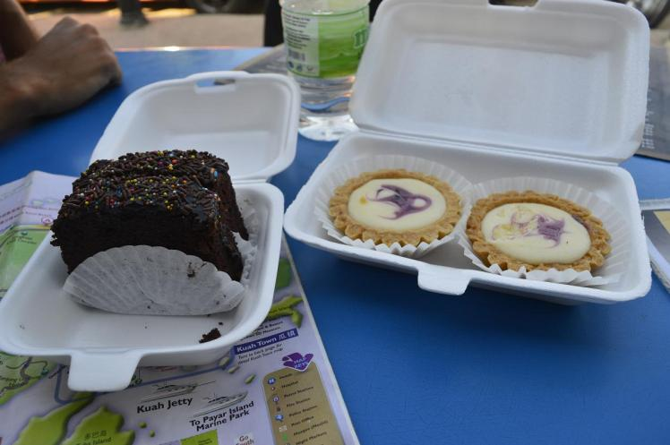 Brownie y tartas de queso en el mercado de Lankawi